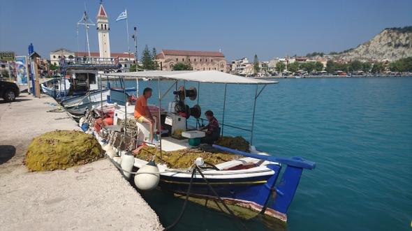 lokale visser is zijn vangst aan het schoonmaken