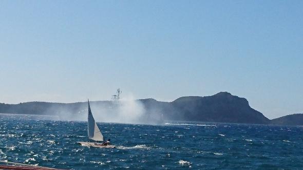 Frans marineschip vertrekt uit Pylos. Let op vlag halfstok vanwege de aanslag in Nice. Voor de kenners: wat doet de laserzeiler op de voorgrond fout?
