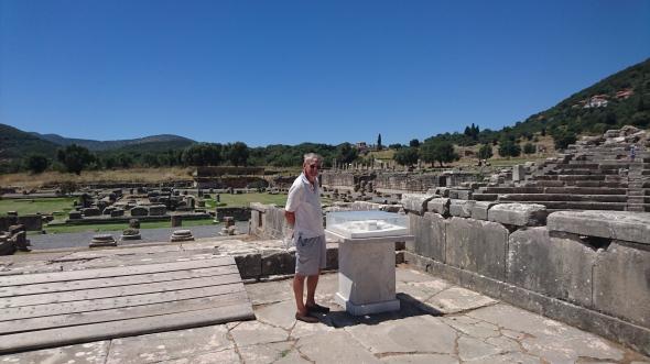 Frans bij de maquette van het heiligdom van Asklepios, de opgravingen erachter