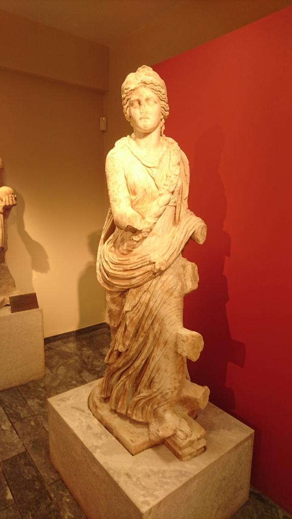 beeld in het museum naast de opgravingen van de godin Isis Pelagia, beschermster van de zeilers op zee