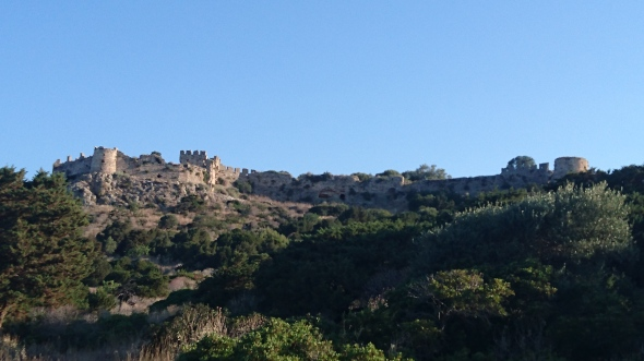 Palaio Kastro (de oude burcht) bovenop de heuvel