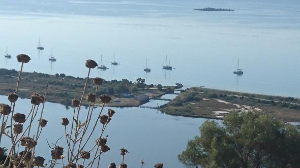 de lagoon aan het einde van de baai, met kanaaltje naar de baai zelf. Wie weet welke boot de onze is?