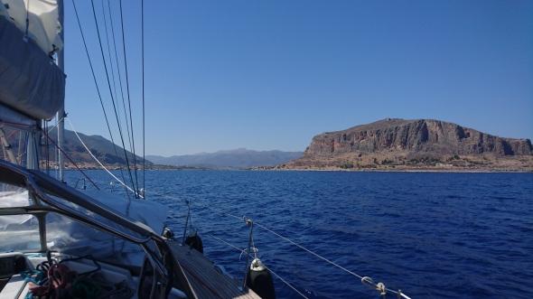 aankomst bij Monemvasia (de rots aan SB), ook wel het Gibraltar van het Oosten genoemd