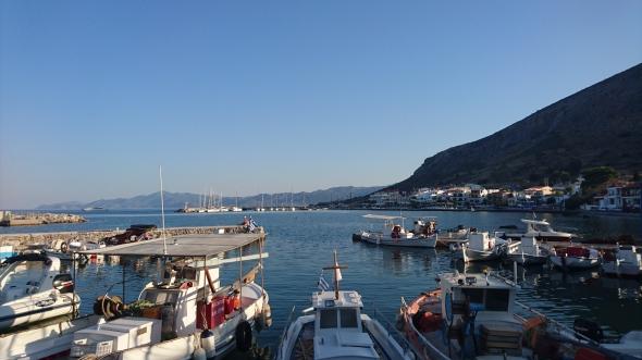 vanaf de terrassen van Monemvasia kijk je mooi over het water naar de haven