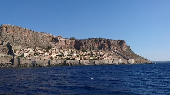 Monemvasia stadje van zee gezien