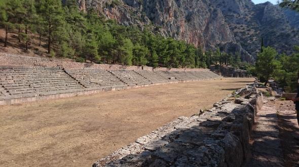 Delphi, de tempel van de stad Athene aan de heilige weg, het theater en de renbaan