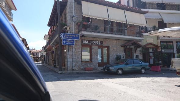 Na Delphi reden we voor de lunch naar Arechova, 10 km verder. Dat is een ski-oord in de winter!