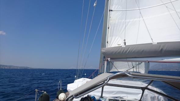 zeilend naar het einde van de golf van Korinthe