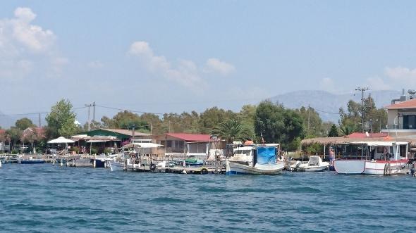 in het kanaal naar Messologhi: de vissershutten zijn omgebouwd tot zomerhuisjes