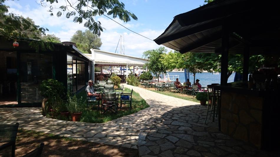 terras van de taverna op Meganissi