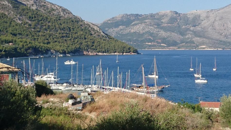 de haven van Kalamos van boven gezien