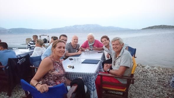 eten bij de taverna van George met de Sam Sing bemanning