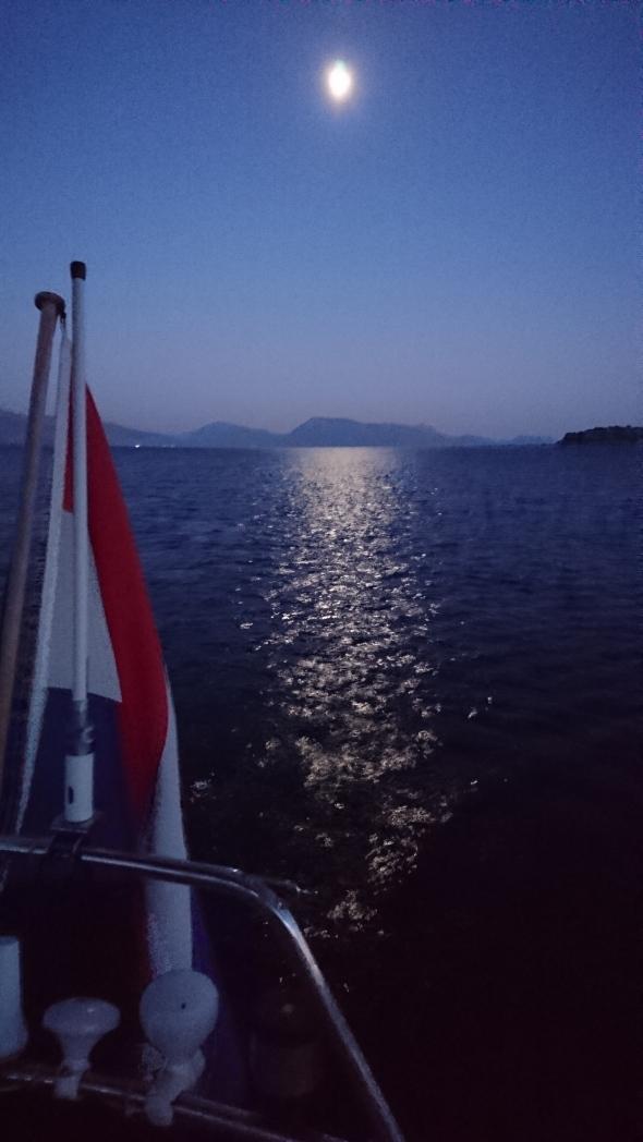 """volle maan over de """"inland sea"""" tussen Lefkans en het vasteland"""