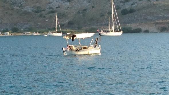 vissertje die de haven verlaat in de avond