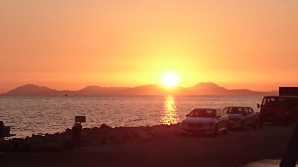 zonsondergang vanuit de haven van Palairos met Corfu aan de horizon