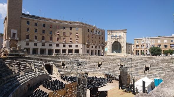 na de wijnproeverij nog even naar Lecce, waar we weer een amfitheater aantroffen....