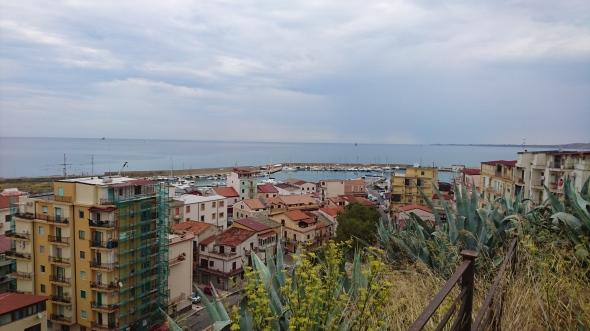 uitzicht vanaf het oude fort op de haven en de 'woonomgeving' van Crotone